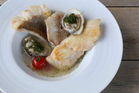 White fish and clams in a light shellfish bouillon with fennel aroma. - アペロ ワインバー / オーガニックワインxフランス家庭料理 - 東京都港区南青山3-4-6 / apéro WINEBAR - vins et petits plats français - 2016